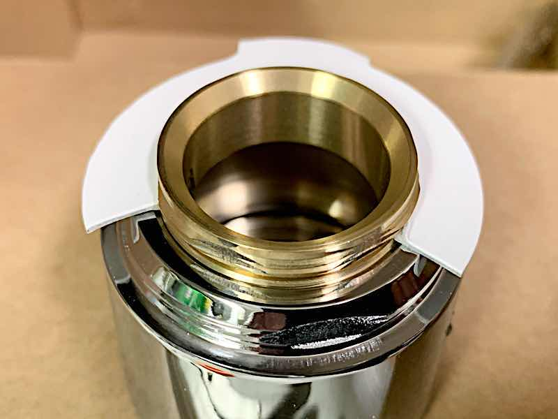 ゴールドとシルバーの一体化したバルブ固定ナット
